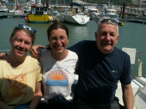 Abhejali (center) with helper Jayalata and pilot Chris Osmond, Dover marina